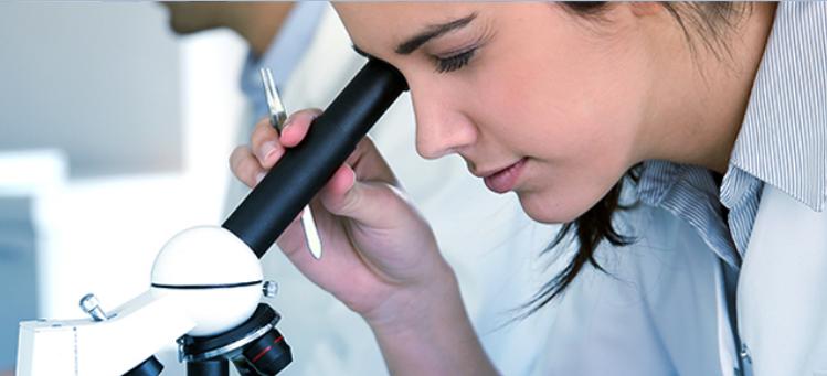 Pessoa ao microscópio